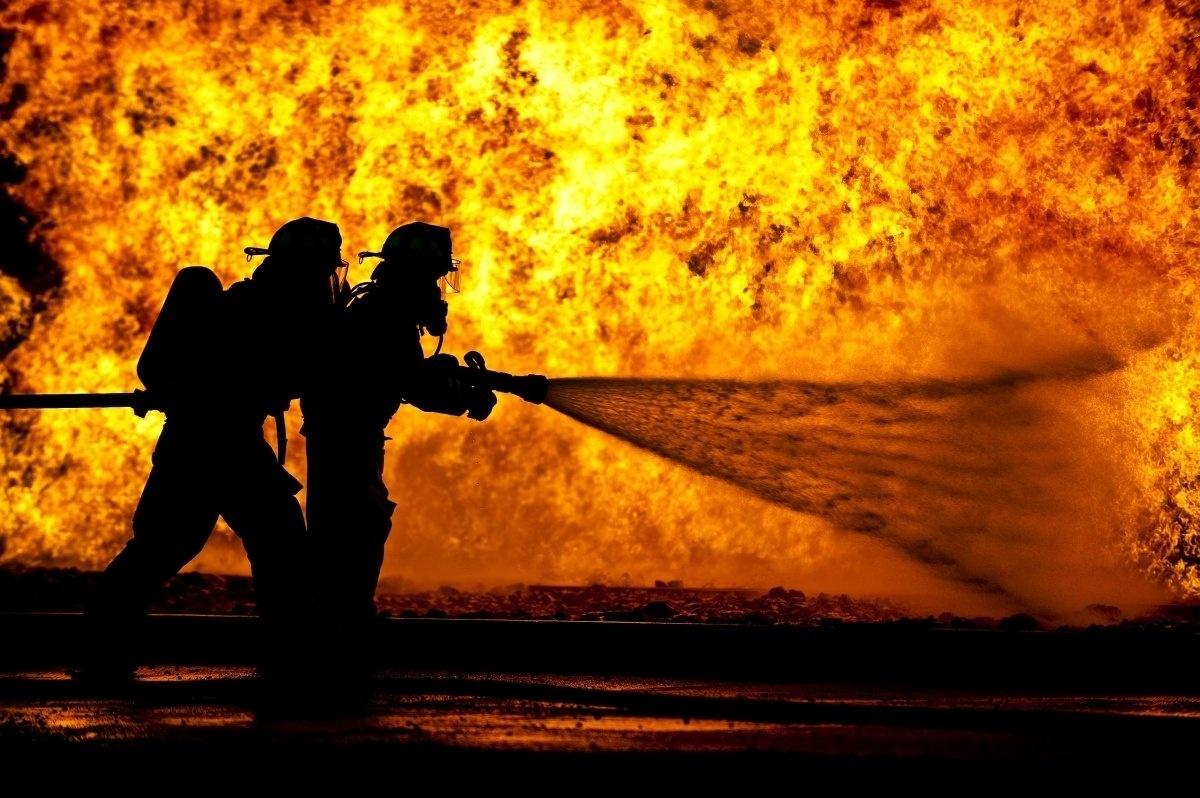 13.jan.2016 - Os membros do corpo de bombeiro trabalharam em julho de 2015 para aprender a lidar com incêndios em aeronaves, na cidade de Alpena, Michigan, nos Estados Unidos. A imagem foi selecionada e está no ranking de fotografias mais belas da Força Aérea dos Estados Unidos tiradas em 2015