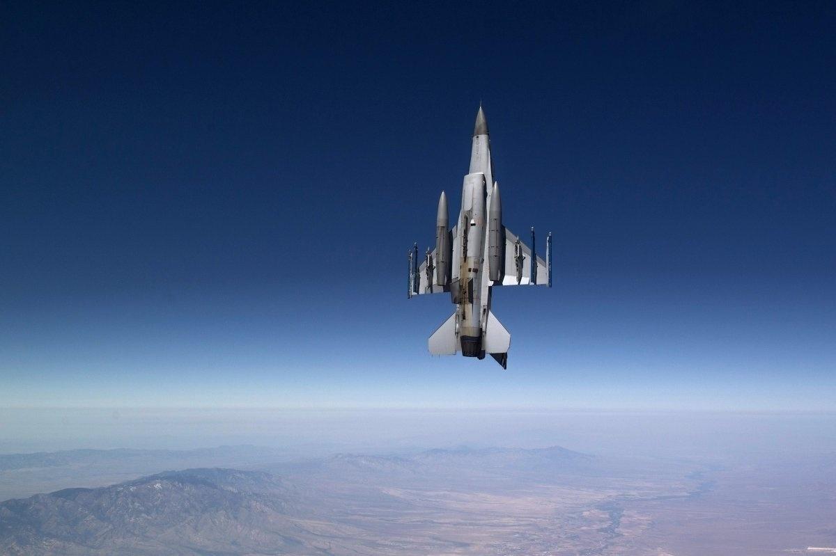 13.jan.2016 - Um aeronave de combate holandesa, a Falcon Royal F-16, voa durante missão de treinamento em Tucson, no Arizona, Estados Unidos. A imagem está no ranking organizado pelo site Business Insider com as melhores fotografias da Força Aérea americana em 2015