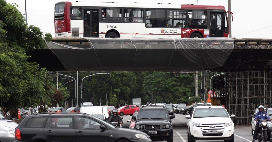 """25.fev.2016 - O viaduto Santo Amaro, na zona sul de São Paulo, foi reaberto parcialmente para ônibus. Um acidente envolvendo dois caminhões seguido de uma explosão danificou o elevado no último dia 13 e o manteve fechado para a circulação de veículos desde então. A previsão inicial da prefeitura era de que a estrutura fosse demolida. Após a reabertura, o ex-prefeito Paulo Maluf (PP) disse em seu perfil no Twitter que obra sua não cai nem """"com explosão"""""""