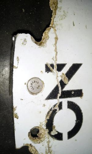 3.mar.2016 - Em imagem do último dia 28 de fevereiro, e divulgada hoje, pedaço de avião que poderia ser do voo MH370 da Malaysian Airlines é recuperado do mar na costa litorânea de Moçambique. No dia 8 de março fará dois anos que o Boeing 777 da companhia desapareceu durante um voo entre Kuala Lumpur e Pequim