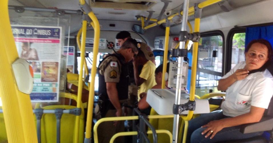 13.mar.2016 - Policiais revistam manifestantes que seguem para o protesto contra governo Dilma Rousseff (PT), em Belo Horizonte. Manifestações devem ocorrer em pelo menos 415 cidades brasileiras e outras 23 no exterior, de acordo com os movimentos organizadores