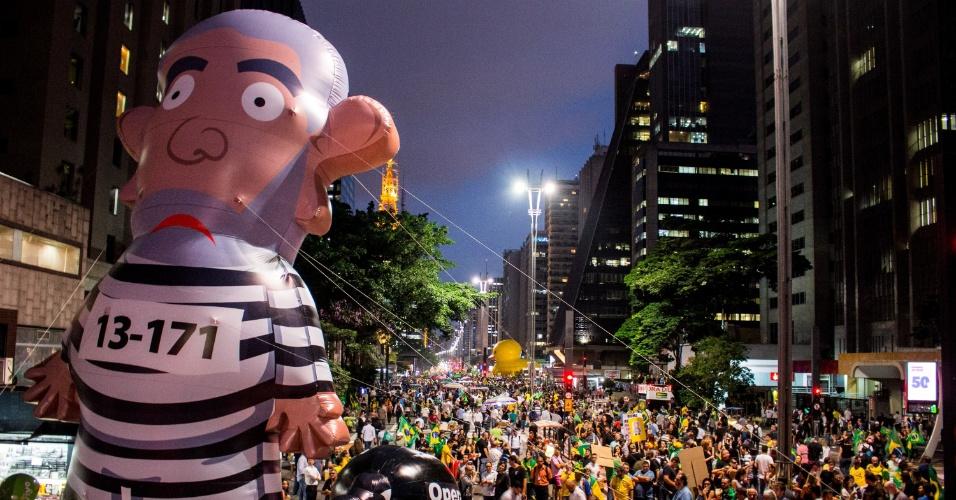 17.mar.2016 - Manifestantes protestam na avenida Paulista, em São Paulo, pela renúncia da presidente Dilma Rousseff e contra nomeação do ex-presidente Luiz Inácio Lula da Silva como ministro-chefe da Casa Civil