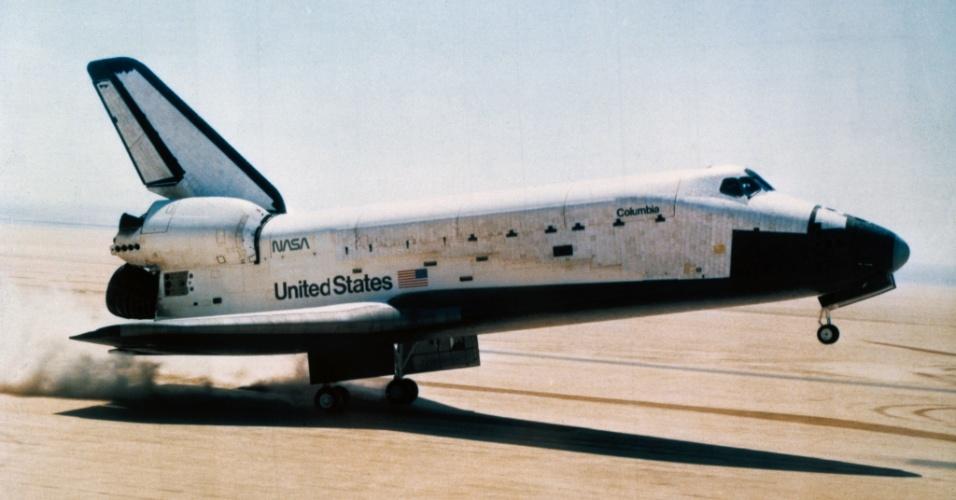 14.abr.2016 - POUSO COM RODINHAS - Há 35 anos, no dia 14 de abril de 1981, as rodas da nave espacial orbital Columbia tocaram o chão no sul da Califórnia, nos EUA, e concluíram com êxito uma estadia de mais de dois dias no espaço. A missão marcou o primeiro voo da Nasa (Agência Espacial Norte-Americana) que terminou com aterrisagem com rodas. Cerca de 200 mil pessoas foram até o local para ver o desembarque do piloto Robert L. Crippen e comandante John W. Young