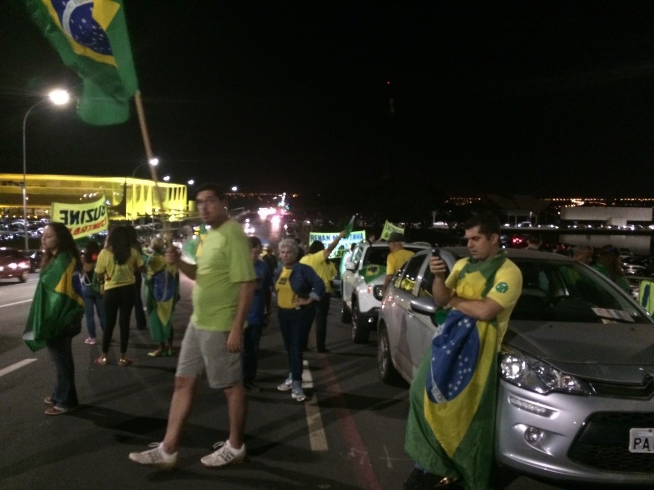 9.mai.2016 - Manifestantes contra o governo se reuniram na Esplanada dos Ministérios para protestar contra a anulação da votação do processo de impeachment da presidente Dilma Rousseff na Câmara dos Deputados