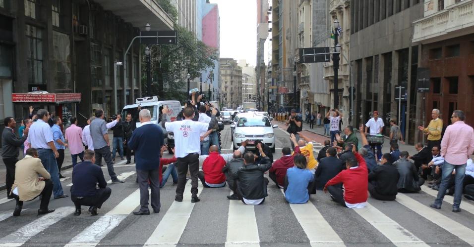11.mai.2016 - Taxistas protestam no viaduto do Chá, no centro de São Paulo contra o decreto do prefeito Fernando Haddad (PT) que autoriza serviços de transporte individual por aplicativos, como o Uber