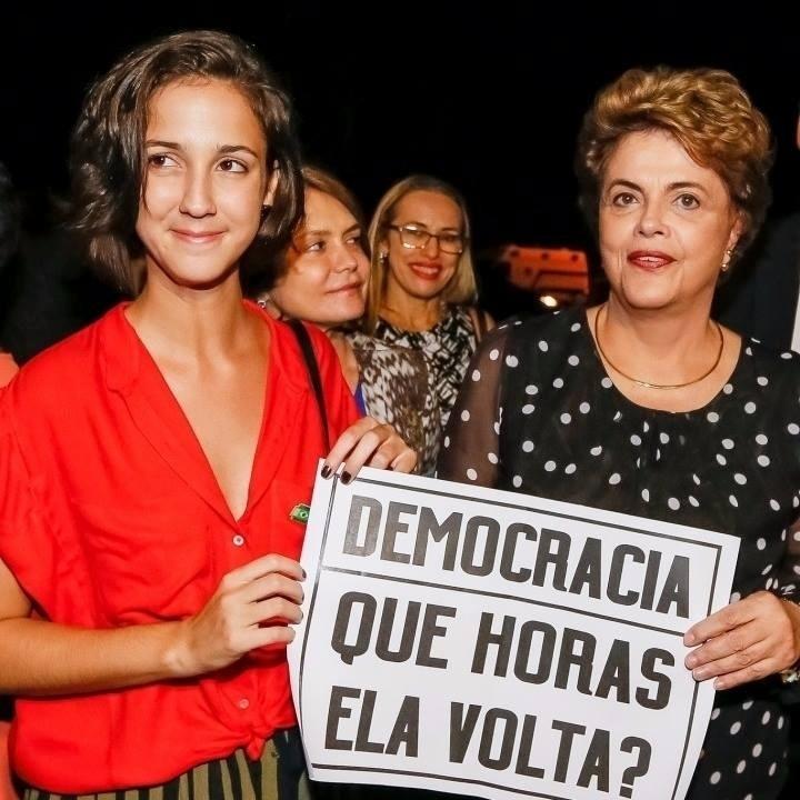 30.mai.2016 - A presidente afastada, Dilma Rousseff, recebe apoio da atriz Camila Márdila, que fez o papel de Jéssica no filme