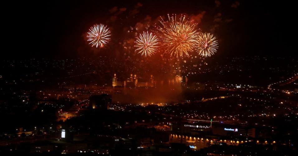 4.jun.2016 - Fogos de artifício iluminam o céu acima da mesquita Rei Hussein Bin Talal, em Amã (Jordânia), enquanto o país comemora o aniversário de 100 anos da chamada Grande Revolta Árabe, liderada pelo bisavô do atual monarca, Abdullah 2º
