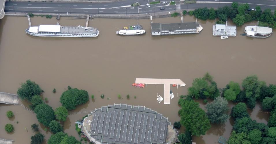 4.jun.2016 - Imagem aérea da Força Aérea da França mostra extensão da inundação de áreas que margeiam o rio Sena, entre elas, o complexo esportivo de l'Ile du Pont. O nível das águas do Sena registrava neste sábado queda lenta, depois de atingir 6,10 metros acima do nível de referência. Cheia que provocou o fechamento de museus e estações do metrô