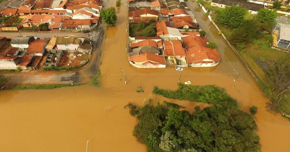 6.jun.2016 - Um forte temporal, acompanhado de rajadas de vento atingiu a cidade de Atibaia (SP). Não há registro de vítimas. Pelo menos 30 casas foram destruídas