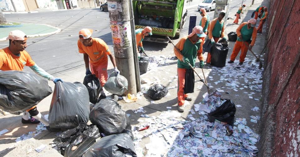 """3.out.2016 - Funcionários da limpeza urbana trabalham para recolher os """"santinhos"""" de candidatos que estão espalhados nas calçadas do bairro Amazonas, em Contagem, na Grande Belo Horizonte (MG)"""