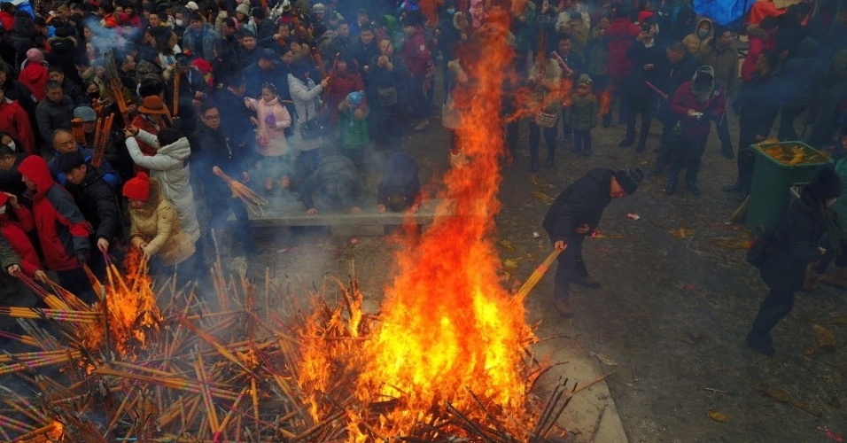 28.jan.2017 - As celebrações pela chegada do Ano Novo Lunar, também conhecido como Ano Novo Chinês, incluem orações por boa sorte, com a queima de incensos, em Shenyang, na província chinesa de Liaonin