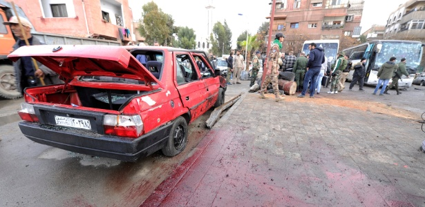 Sangue em praça após ataque de dois homens-bomba em Damasco, na Síria
