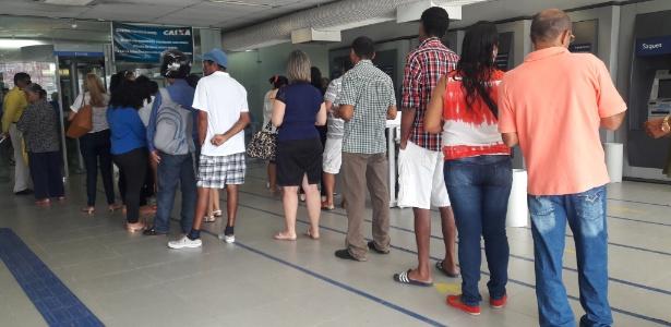 Fila de trabalhadores em agência da Caixa em Maceió (AL), nesta segunda-feira (10) - Aliny Gama/UOL