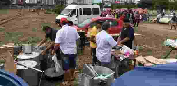 Uma cozinha comunitária foi montada para servir até 6.000 pessoas - Rafael Moro Martins/UOL