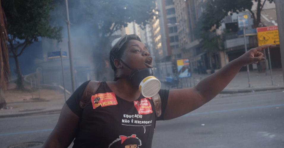 24.mai.2017 - Manifestantes entraram em confronto com a Polícia Militar após os deputados da Alerj (Assembleia Legislativa do Rio de Janeiro) aprovarem nesta quarta-feira (24) o projeto de lei que aumenta a contribuição previdenciária dos servidores estaduais. A alíquota passa de 11% para 14%