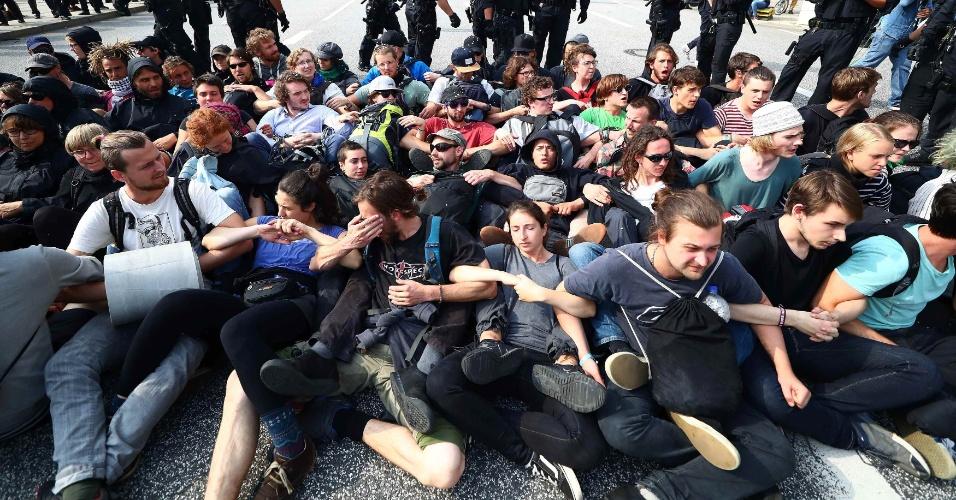 7.jul.2017 - Pessoas se unem em bloqueio de rua em Hamburgo em mais um dia de protestos contra a cúpula do G20