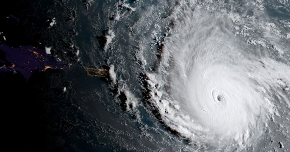 6.set.2017 - Furacão Irma se aproxima de cinturão de ilhas à direita de Cuba, Haiti e Porto Rico no Mar do Caribe