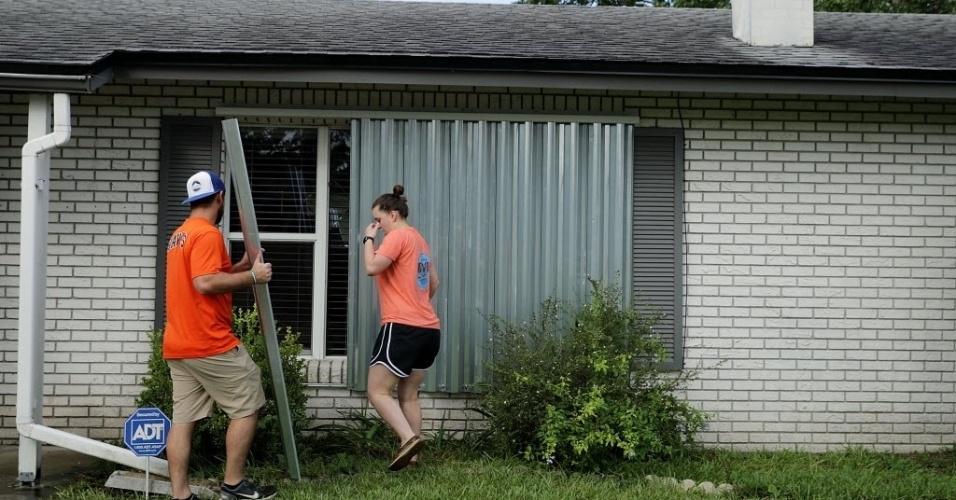 9.set.2017 - Casal coloca proteção em janela antes de passagem do furacão Irma na Florida