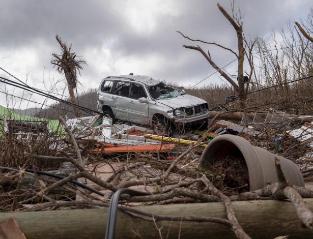 24.set.2017 - Carro destruído em meio a destroços após a passagem dos furacões nas Ilhas Virgens