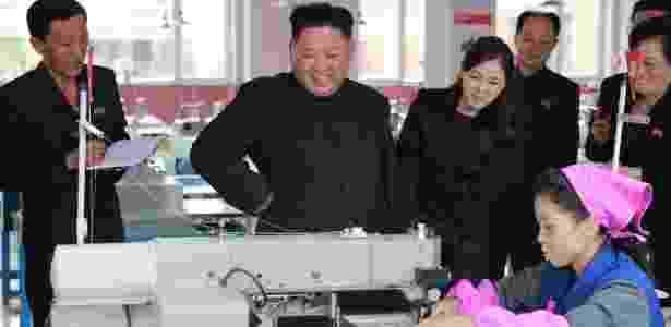 19.out.2017 - Kim Jong-un e sua mulher, Ri Sol-ju, durante visita à fábrica de calçados na Coreia do Norte em foto divulgada pela agência oficial norte-coreana - KCNA/via REUTERS