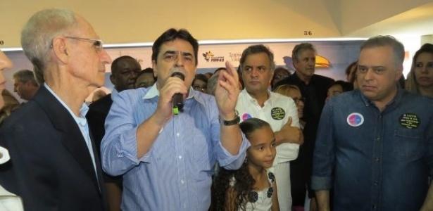 Ao lado de Aécio, Domingos Sávio discursa após ser reeleito presidente do PSDB-MG