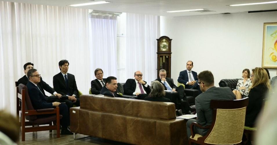 10.jan.2018 -- O governador de Goiás, Marconi Perillo (PSDB) e a presidente do STF (Supremo Tribunal Federal), ministra Cármen Lúcia, discutem a crise do sistema prisional no TJ-GO (Tribunal de Justiça de Goiás)