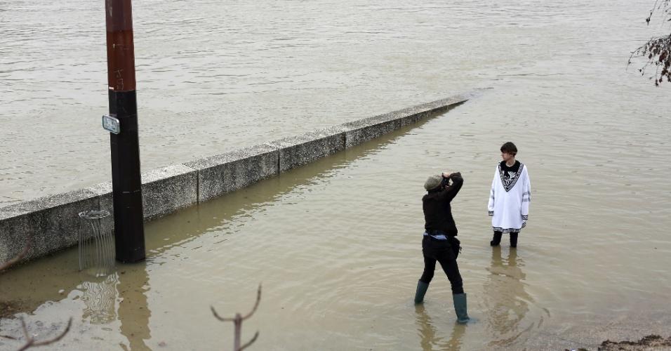 27.jan.2018 - Modelo posa para foto em local inundado pela cheia do rio Sena, em Paris. As águas já avançaram sobre o cais e ameaçam atingir adegas e porões de museus