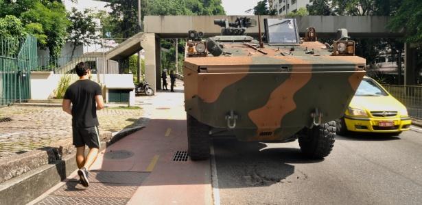 17.fev.2018 - Tanque militar circulou na zona sul do Rio durante reunião de Michel Temer na sede do governo fluminense