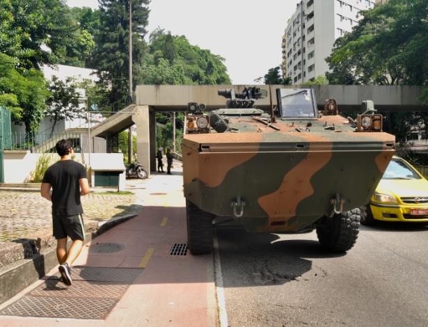 17.fev.2018 - Movimentação militar próxima à sede do governo do Rio de Janeiro