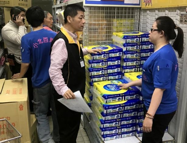 Fiscal do governo da cidade de Kaoksiung, em Taiwan, checa suprimento de papel higiênico em uma loja da cidade