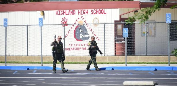 Policiais caminham em frente ao colégio Highland High School, em Palmdale, Los Angeles