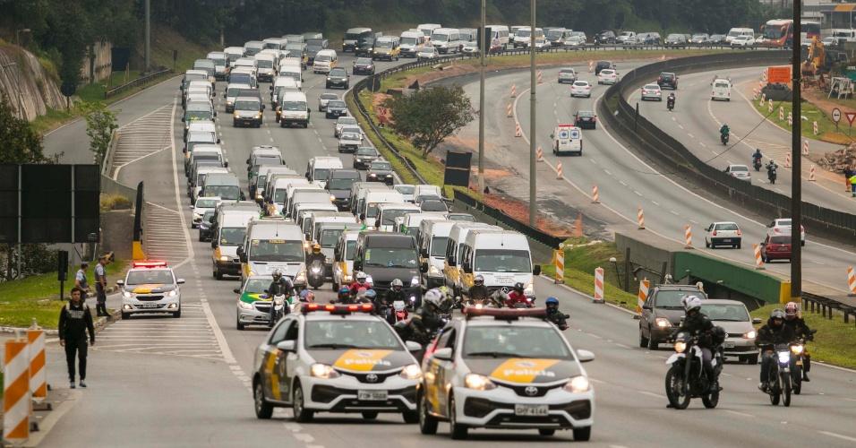 Motoristas de transporte escolar que atuam na região do Grande ABC realizam protesto na Rodovia Anchieta, em São Bernardo do Campo (SP), na manha desta sexta-feira (25). O ato é contra o aumento dos combustíveis e em apoio à paralisação dos caminhoneiros, que entrou no quinto dia