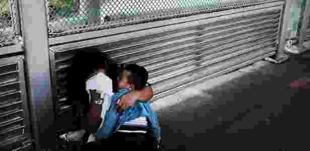 22.jun.2018 - Com o filho no colo, mulher chora ao ter a entrada negada em Brownsville, no Texas (EUA) - Spencer Platt/Getty Images/AFP - Spencer Platt/Getty Images/AFP