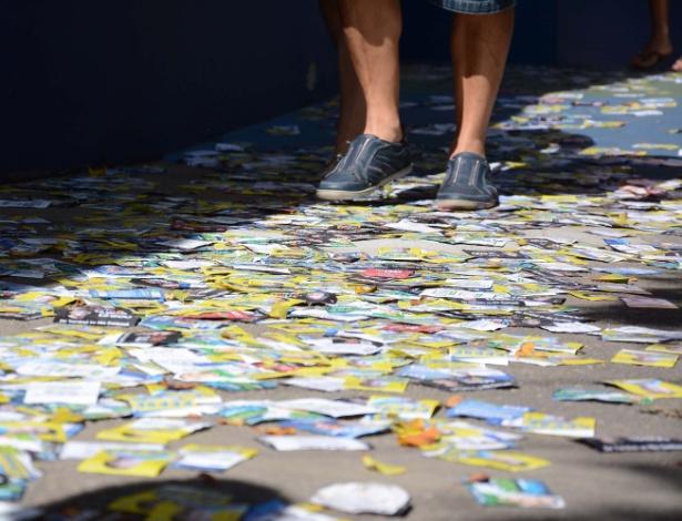 Materiais de campanha política, conhecidos como santinhos, despejados em frente a um colégio em João Pessoa (PB), nas eleições de 2016