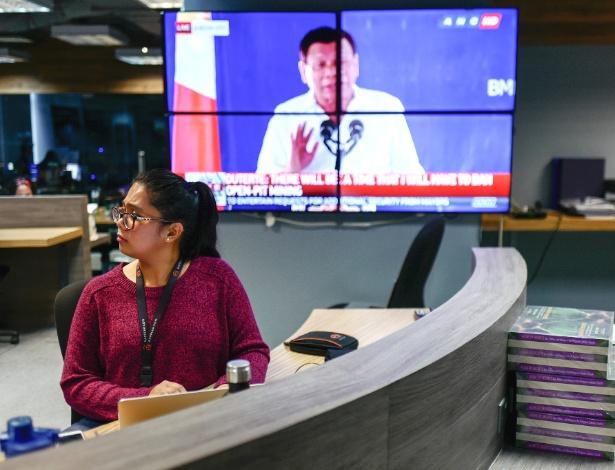 TV mostra discurso do presidente filipino, Rodrigo Duterte, nos escritórios do Rappler em Manila, nas Filipinas
