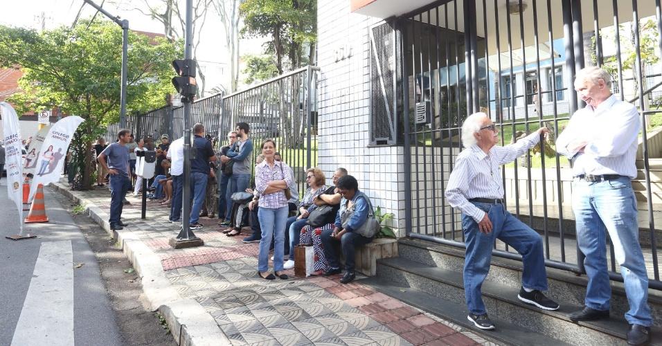 28.out.2018 - Movimentação de eleitores em seção eleitoral antes da abertura da votação para o segundo turno das Eleições 2018, em Belo Horizonte (MG)