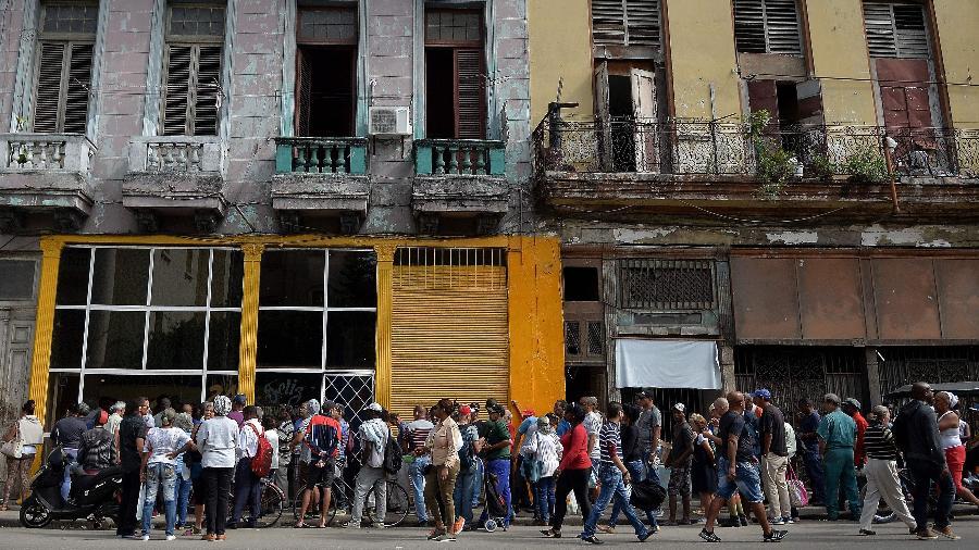 13.dez.18 - Cubanos fazem fila em frente a uma padaria de Havana, para comprar pão - Yamil Lage/AFP