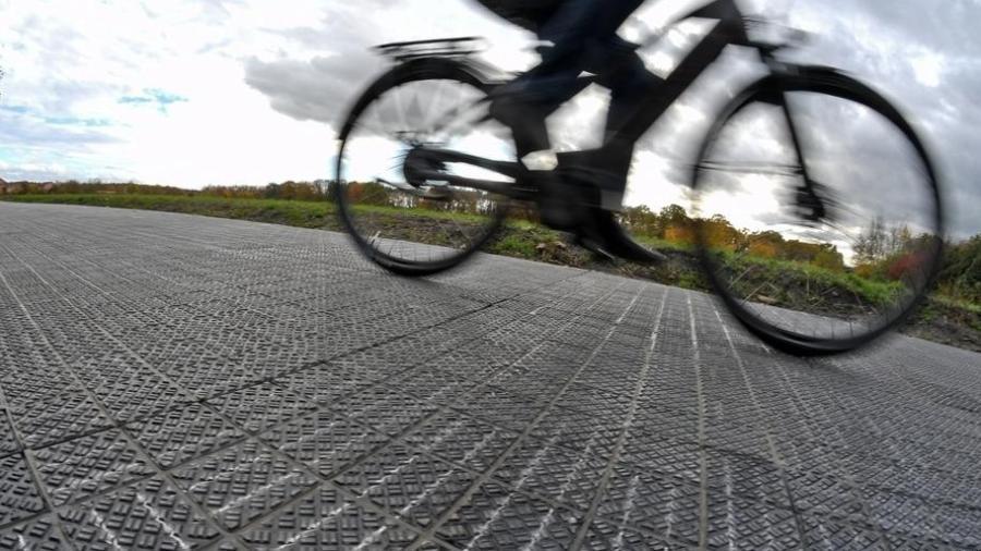 Como funciona a ciclovia autolimpante, que gera energia e absorve ruído
