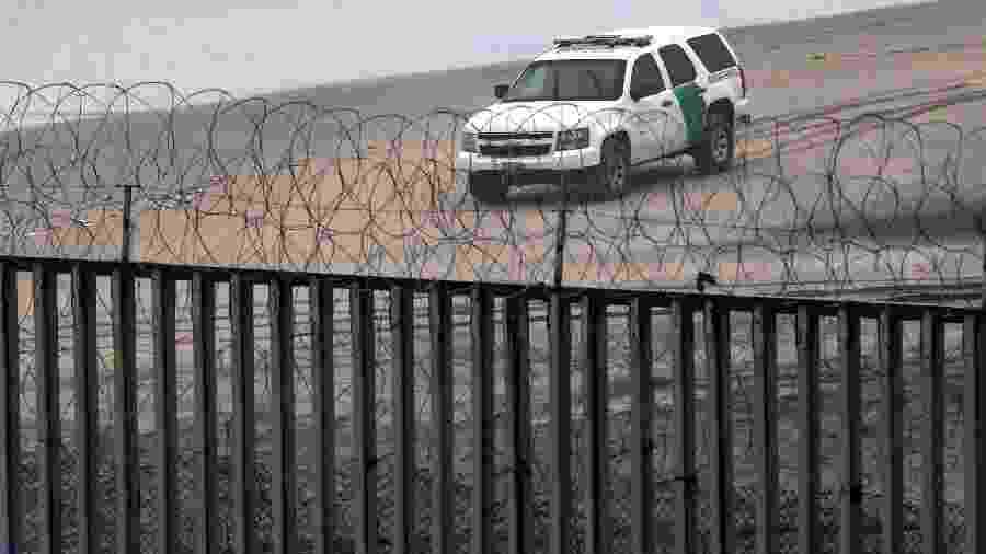14.fev.2019 - Patrulha trafega próximo à fronteira dos Estados Unidos com o México vista a partir da cidade mexicana de Tijuana - Guillermo Arias/AFP Photos