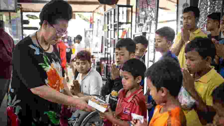 Turista chinesa visita um orfanato em Siem Reap, no Camboja - Maria Feck/Spiegel