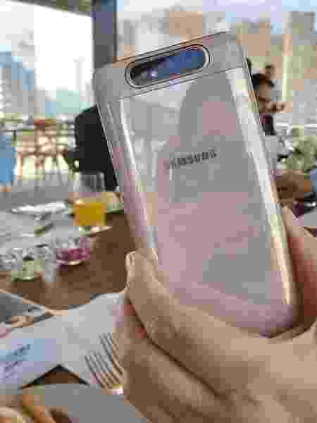 Traseira do Galaxy A80 na cor rosê - modelo chega ao Brasil custando R$ 3.499 - Gabriel Francisco Ribeiro/UOL