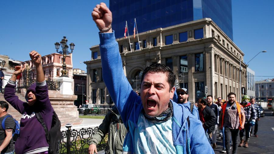 Manifestantes protestam contra modelo econômico chileno, em Valparaíso, no Chile - Rodrigo Garrido/Reuters