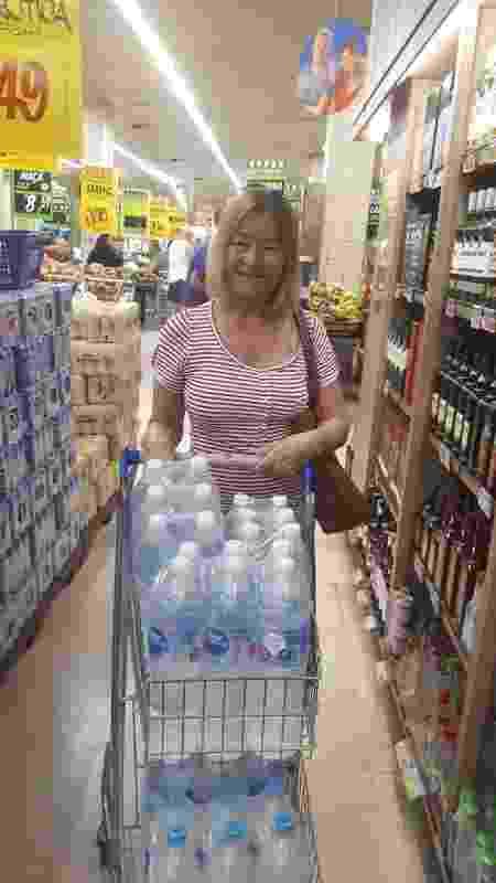 "15.jan.2020 - A dona de casa Lucia Paixão disse que passou mal após beber água do filtro de casa: ""Agora só compro água mineral"" - Marcela Lemos/UOL"