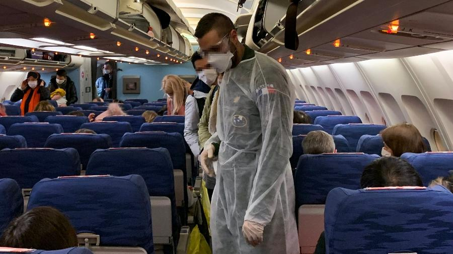 Coronavírus: Tripulação embarca em voo com máscaras no aeroporto de Wuhan, na China - Hector Retamal/AFP