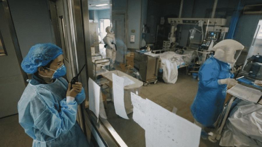 Equipe do Hospital de Jinyintan prepara testagem de RNA do novo coronavírus - Yuan Zheng/EPA