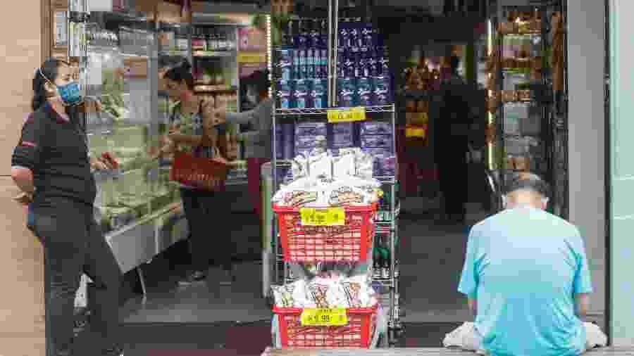 Movimentação no bairro da Liberdade em dias de isolamento por contada da pandemia de coronavírus - Ricardo Matsukawa/UOL