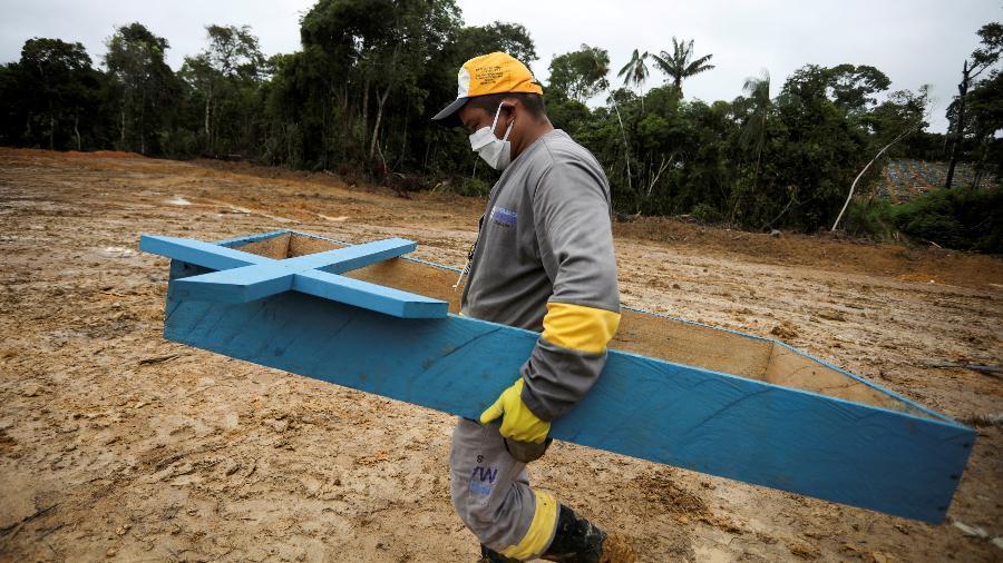 Coveiro caminha no cemitério Parque Taruma, em Manaus, durante o surto da doença causada pelo novo coronavírus - BRUNO KELLY/REUTERS