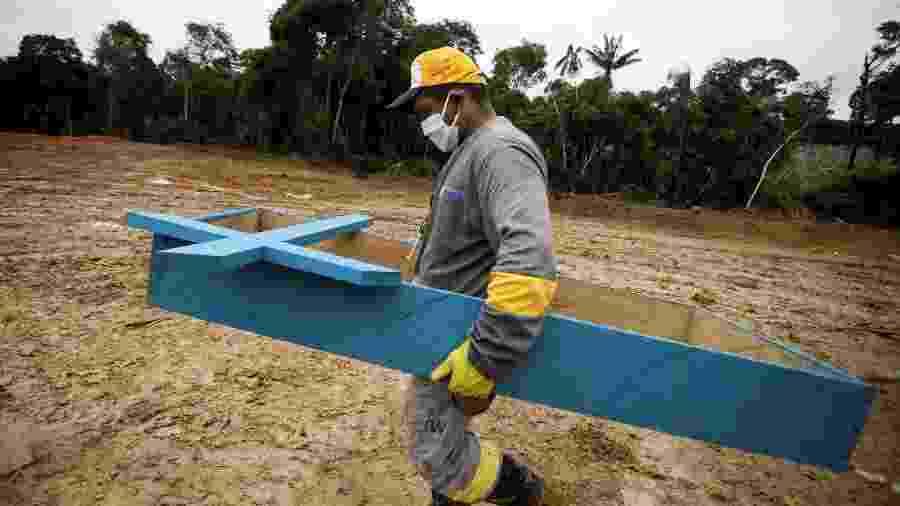 Coveiro caminha no cemitério Parque Taruma durante o surto da doença por coronavírus em Manaus - BRUNO KELLY/REUTERS