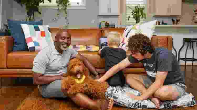 Peter diz que sofre preconceito por cuidar de duas crianças brancas - @FOSTERDADFLIPPER/INSTAGRAM - @FOSTERDADFLIPPER/INSTAGRAM