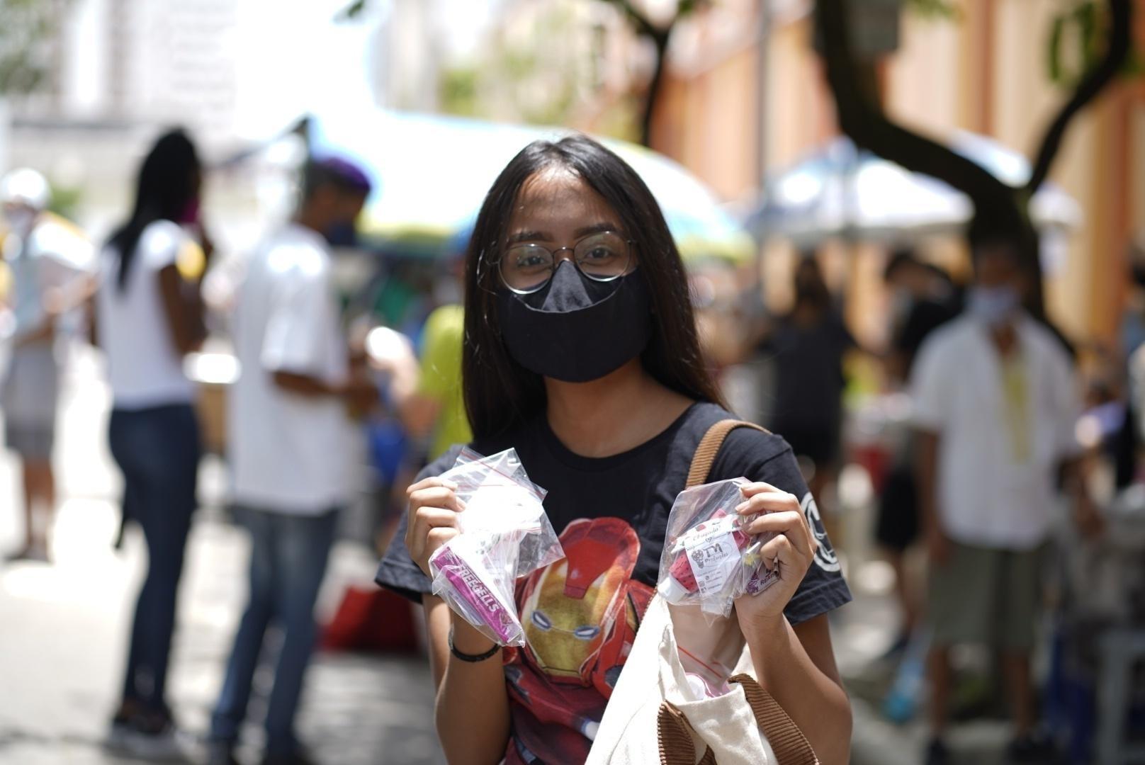 A universitária Daniele Assis, 18, vende balas e álcool em gel para inteirar o valor de sua faculdade - André Porto/UOL